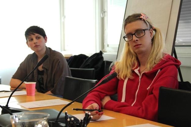 Anna från Sveriges Dövas Ungdomsförbund och Lucy från Unga Synskadade.