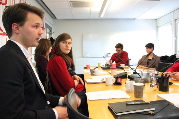 Måns från Unga Rörelsehindrade pratar på mötet.